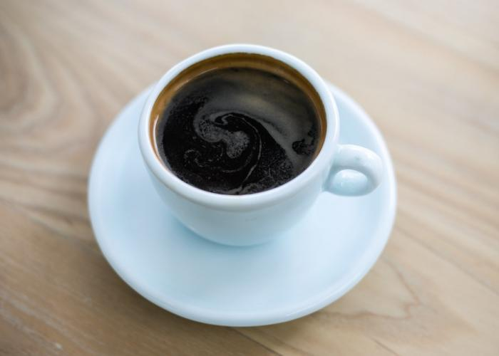 Американо – это одна и из разновидностей эспрессо. Чёрный кофе «американо» ещё часто называют «long espresso» из-за горячей воды, добавляемой к этому ароматному напитку.